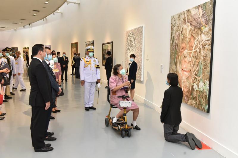 ผู้ช่วยศาสตราจารย์ชัยรัตน์ แสงทอง ได้รับรางวัลจากการประกวดศิลปกรรมช้างเผือก ครั้งที่ 9