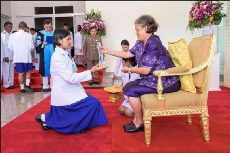 สมเด็จพระเทพรัตนราชสุดาฯ สยามบรมราชกุมารี พระราชทานโล่รางวัลและถ้วยรางวัลแก่ตัวแทนนักเรียนที่ชนะการประกวดดนตรีไทย ในงานส่งเสริมดนตรีไทยภาคใต้ ครั้งที่ ๒๖