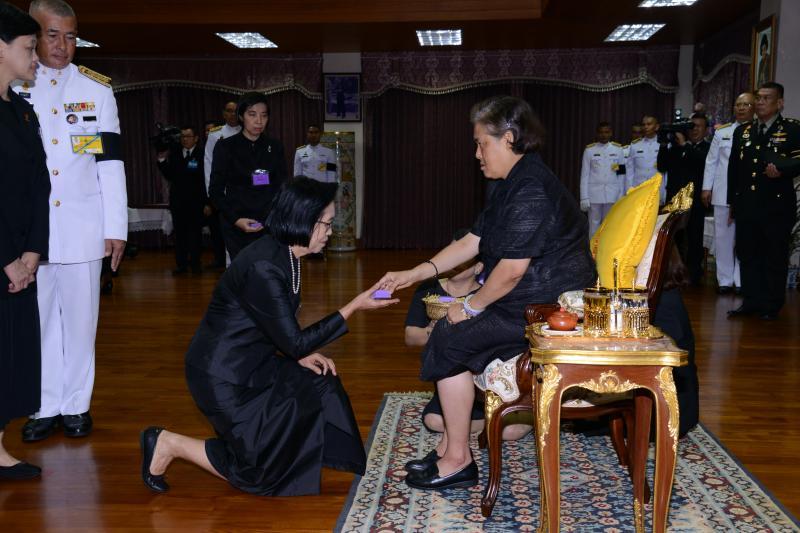 ประธานโครงการพัฒนาศักยภาพโรงเรียนในพระราชดำริฯ มหาวิทยาลัยทักษิณ ได้รับพระราชทานของที่ระลึกในการให้การสนับสนุนโครงการบ้านนักวิทยาศาสตร์น้อยแห่งประเทศไทย