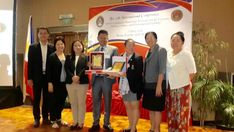 คณาจารย์มหาวิทยาลัยทักษิณได้รับรางวัล Maple Leaf Scholar และ รางวัล The Best Practice Award ในการประชุมสัมมนาและนิทรรศการวิชาการนานาชาติ ครั้งที่ ๑๑ เรื่อง